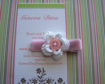 Small white crochet flower hairclip