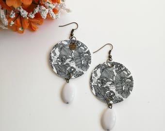 Black and white pendant paper earrings.