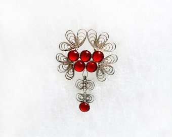 Filigree brooch White metal Red glass phinestones brooches Vintage jewelry Costume Scarf pin Old bijoux Retro Crystal gass jewels