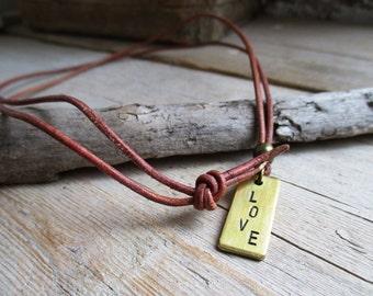 HANDMADE Ketting met messing LOVE tag hanger aan bruin leder koord van 80 cm lang.