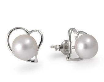 Stud silver earrings with pearls