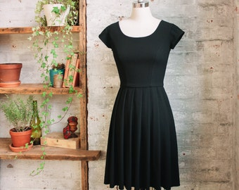 Tiffany - robe de femme noire plissée avec bouchon courtes manches - genou longueur robe - petite robe noire - robe de cocktail - semi formelle robe