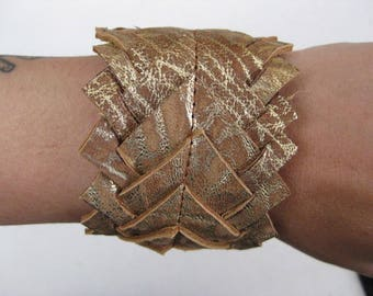 Scales bracelet gold leather