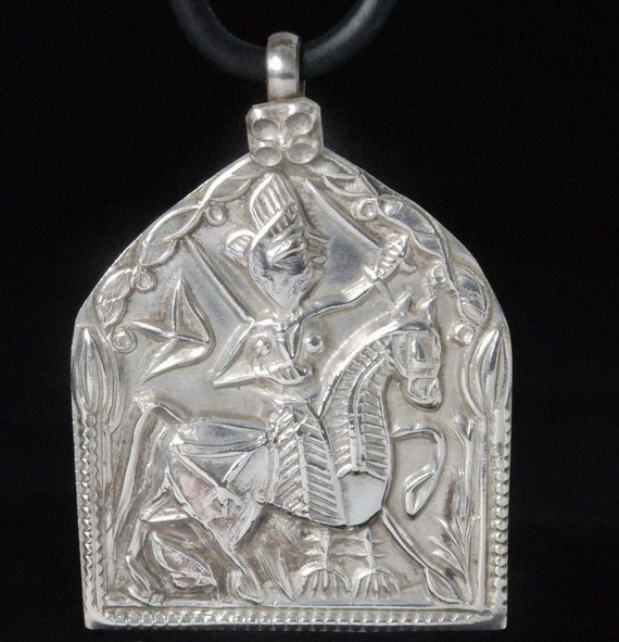 Vintage Indian Rajasthan solid Silver Repoussée Tribal Pendant 5.65 g Handmade