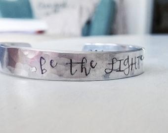 la lumière - 1 Pierre 2:9 fabriquées à la main argent bracelet manchette écriture bijoux christian