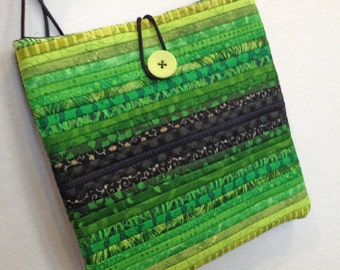 Quilted purse. Cross shoulder bag. Green quilted hand bag. Gift for quilter. Quilted modern purse. Afternoon bag.