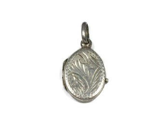Vintage sterling silver locket, oval locket pendant, etched locket, oval photo frame pendant, small locket, two photos, picture pendant
