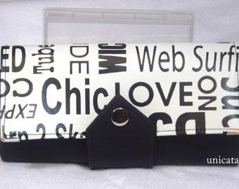 Geldbörse in langer Form aus Kunstleder und beschichteter Baumwolle mit schwarzen Worten auf weißem Grund