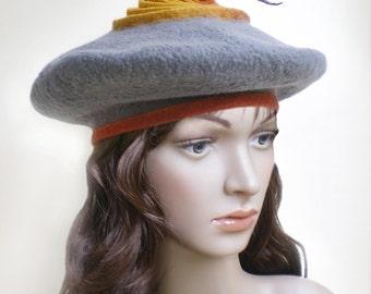 Chapeau de dames, beret gris clair de forme originale, moderne et insolite, en laine feutree a la main