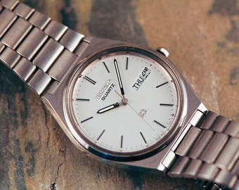 Vintage Seiko Quartz watch with original bracelet incredible condition day date feature brushed silver dial