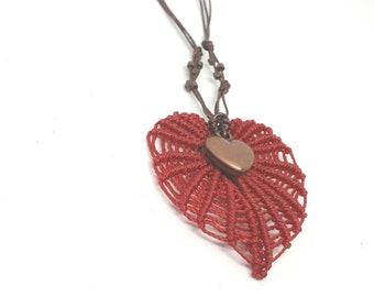 Collana macrame con due cuori, cuore in macrame e bronzo, collana girocollo, collana con charm, gioielli in macrame, ooak, regalo per lei