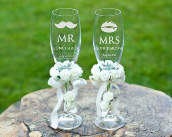 Personalized wedding glasses Toasting flutes Bride and groom champagne glasses Wedding flutes Custom Mr and Mrs champagne glasses