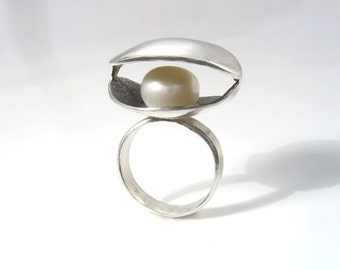 Oxidized clam sterling  silver ring with fresh water pearl. Modern, organic clam shell silver and pearl ring, sea ring,