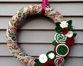 Noël Couronne enveloppé dans un ruban décoré avec fleurs en feutrine. Couronne de Noël - Couronne de Noël - Couronne de ruban - feutrine Couronne - Couronne de houx