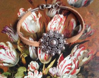 Dutch knot bracelet ' silver '. Suede. Dutch.