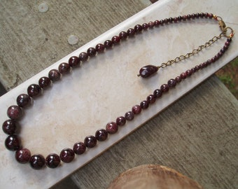 "Free Shipping! 50's style natural graduated 4mm-11mm round Garnet beaded Necklace 17"" with 2 1/2"" extender chain & brass lobster clasp"