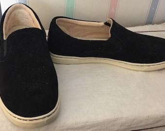 UGGS slip-on casual black suede shoe/sneaker size 8.5  gently worn a few times