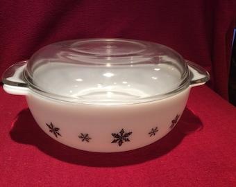 Pyrex JAJ Gaiety Black Snowflake Easy-Grip 3 pint Casserole Dish #2187