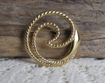Trifari Circular Gold Toned Brooch Vintage Jewelry and Accessories