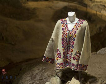 Embroidered jacket  in pure wool of natural beige color, from the collective Rosario, San Juan Chamula - Chiapas - Mexico