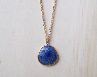 Lapis lazuli framed pendant necklace in gold