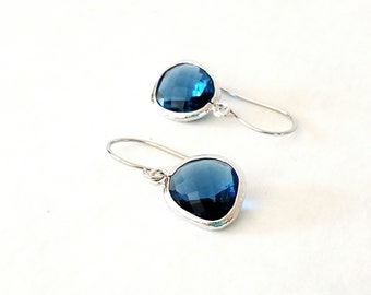 Sapphire blue GLASS and silver dangle earrings. Bridal earrings. Bridesmaids earrings. Bridesmaid earrings. Wedding jewelry.