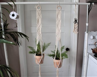 Modern macrame plant hanger // modern decor // macrame planter