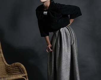 Long skirt in wool and silk, with pleated construction and high bustle at the waist. 40 italian size