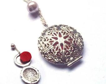 has perfume pendant on chain with felt
