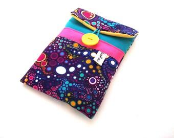 pochette telephone , housse iphone molletonnée en toile bleu turquoise et tissu violet bulles multicolore , etui iphone tissu graphique