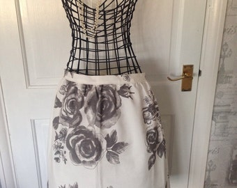 SALE, Women's Apron. Ladies half apron. Cooking Pinny. Black and white apron with a gorgeous floral print. Cooking apron. Cleaning apron.