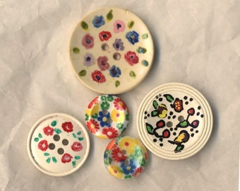 Buttons vintage five buttons, flowers, buttons range from 15 to 30 mm, antique buttons, set of buttons