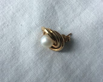 Pearl and gold ear stud one only