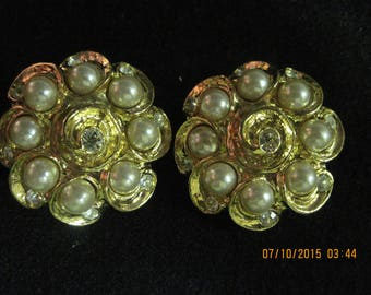 Vintage TOTALLY BEAUTIFUL Big & BOLD 80'S Gold Art Deco Faux Pearl/Crystal Flower Clip Earrings .. ...7899