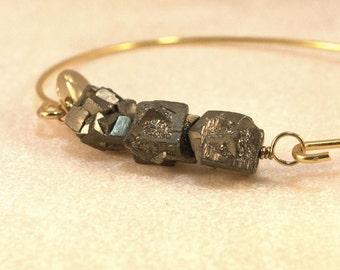 Jonc pyrite brute gold plated semiprecious stone raw plaqué or rigide pendentif boho ethnique hippie pierre naturel semi-précieuse rock gift