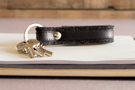 Felt and leather KEYCHAIN, key holder, key fob, charcoal and black, wool felt, handmade, made in Italy