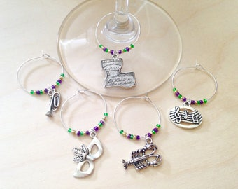 Mardi Gras New Orleans Wine Charms: New Orleans gift for wine lovers. Mardi Gras color theme. Mardi Gras Gift, Louisiana, Fleur de Lis.