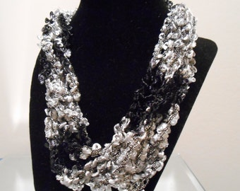 Black and White Trellis Necklace New Style