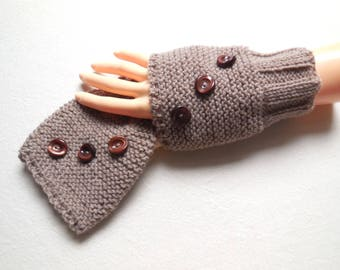 Sleeve color fingerless gloves wrist warmers taupe 3 fancy buttons - Handknitted - adult one size