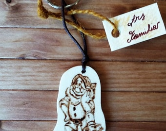 Wooden Keychain Disney Dotto (snow white)--ash