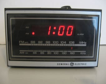 General Electric - AM/FM Clock Radio - Woodgrain Finish