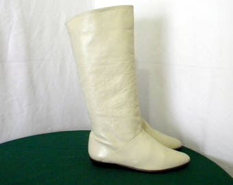 Sz 8.5m Vintage Tall Cream leather 1980s Women flat pirate slouch boots.