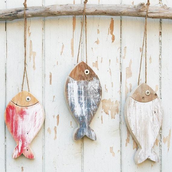Tre pesci in legno di recupero colorati for Pesce rosso costo