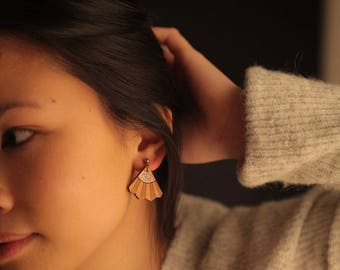 "Pair of earrings ""Reïna"" wooden pear and gold glitter"