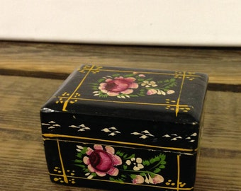 Vintage Wooden Trinket Or Snuff Box With  A Hinged Lid & Handpainted Floral Design. Great Condition.
