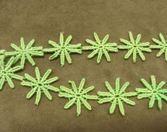 Embroidered ribbon flowers - 2 cm - lime green