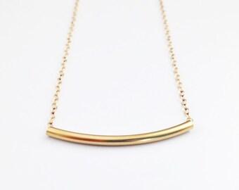 Or incurvé Bar collier - pendentif or Tube rempli - délicat collier de superposition de brindille rose