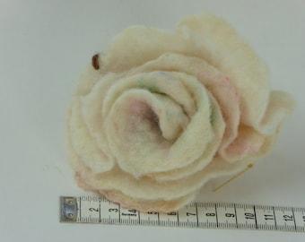 Handgevilte witte roos met rosé accenten, hemelsblauw kraal, unieke broche, mooi cadeau voor haar, corsage voor dames, moederdag cadeau