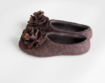 Brown organic wool slippers for women with removable rose brooches, Warm home shoes, Boiled wool slippers, Felted slippers, Autumn slippers