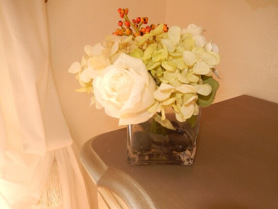 composition florale dans un vase en verre carr hortensia. Black Bedroom Furniture Sets. Home Design Ideas